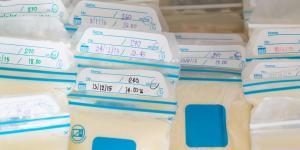 Cómo guardar la leche materna extraída