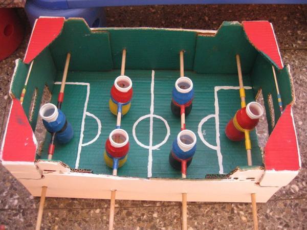 Juegos con material reciclado para niños - Futbolín casero