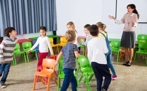 Juegos para niños de cuatro años - El juego de la silla