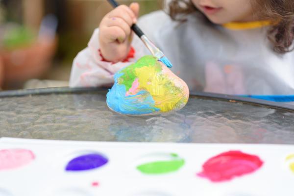 Juegos para niños de cuatro años - Pintar piedras