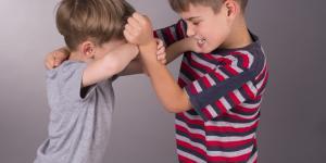 Disciplina positiva para niños que pegan: cuentos y actividades