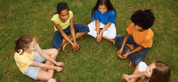 Juegos en grupo para niños de 4 a 5 años - A la zapatilla por detrás