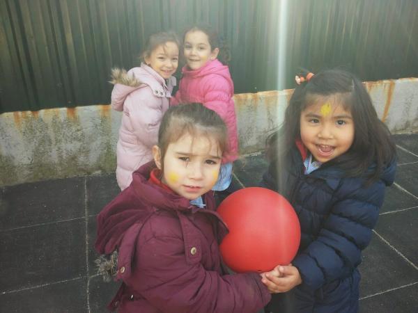 Juegos en grupo para niños de 4 a 5 años - Llevando pelotas