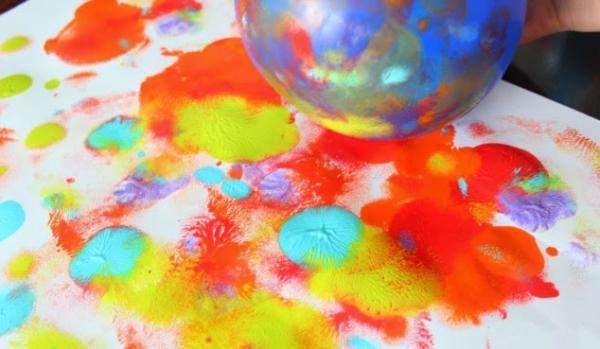 Juegos en grupo para niños de 4 a 5 años - Murales con globos y pinturas
