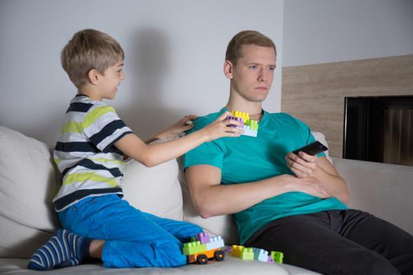Tipos de padres y cómo se comportan los hijos - Estilo educativo negliente