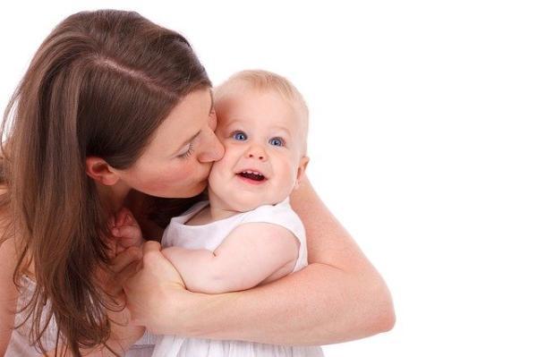 Juegos para bebés de 4 meses - Besos por aquí y besos por allá