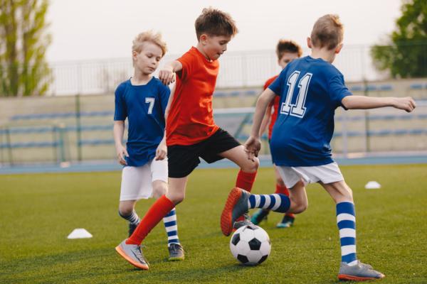 Juegos deportivos para niños - Fútbol en pareja