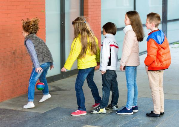 Juegos deportivos para niños - Relevos en pared