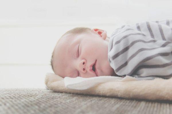 Mi bebé llora dormido, ¿por qué y qué hacer?