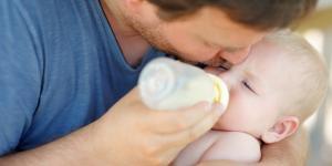 ¿Puedo darle fórmula y pecho a mi bebé recién nacido?