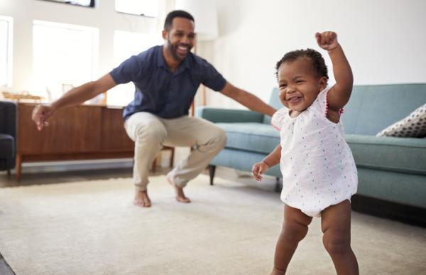 Actividades de motricidad gruesa para bebés - Con el ritmo en el cuerpo