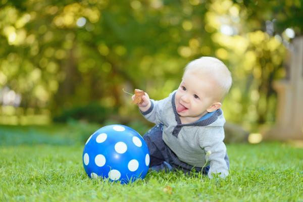 Juegos para bebés de 1 año - Lanza la pelota