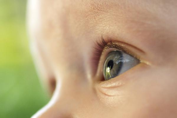 Cuándo se define el color de ojos de un bebé