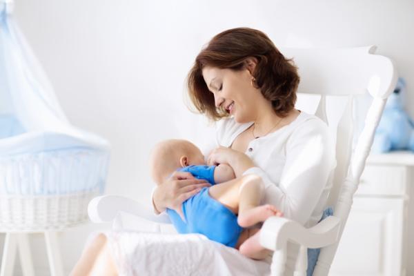 ¿Cuántas onzas debe tomar un bebé de 1 mes?