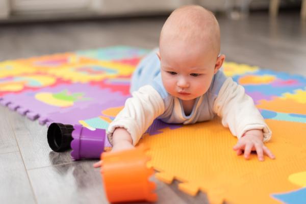 Juegos para bebés de 3 meses - Tumbado boca abajo