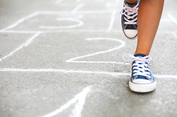 Juegos para aprender los números - Escribir los números en el suelo con una tiza