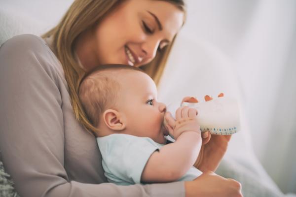 Cómo dar el biberón a un bebé