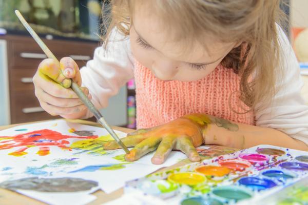 Qué enseñar a un niño de 2 años en casa - Pintar