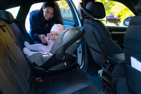 ¿Cómo llevar a un bebé en el coche?