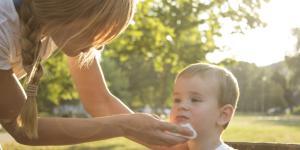 Por qué mi bebé vomita la leche materna y qué hago