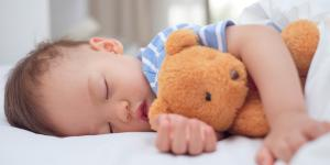 Cómo despertar a un bebé de la siesta
