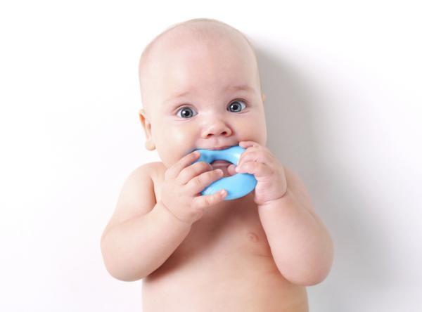 Por qué tardan en salir los dientes a un bebé