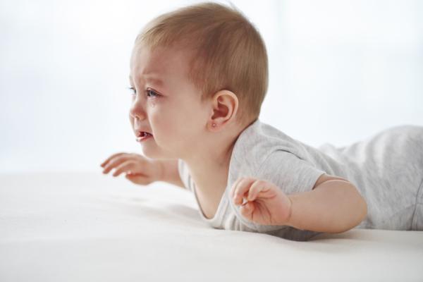 Mi bebé de 8 meses no gatea: por qué y qué hacer