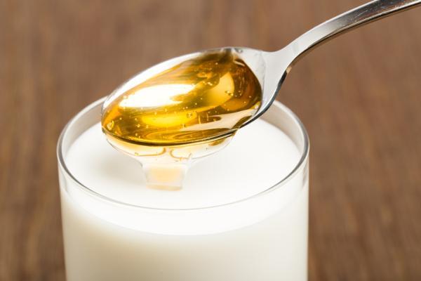 Remedios caseros para el dolor de garganta en el embarazo - Leche caliente con miel