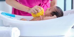 Cómo bañar a un recién nacido con el cordón umbilical