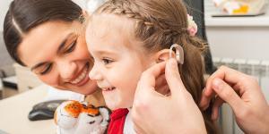 Cómo se comporta un niño que no escucha bien
