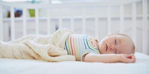 Mi bebé suda mucho: por qué y qué hacer