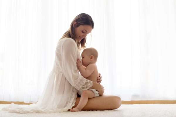 Posiciones para amamantar después de una cesárea - Postura del caballito