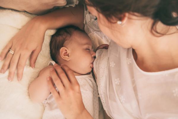Posiciones para amamantar después de una cesárea - Postura tumbada en paralelo