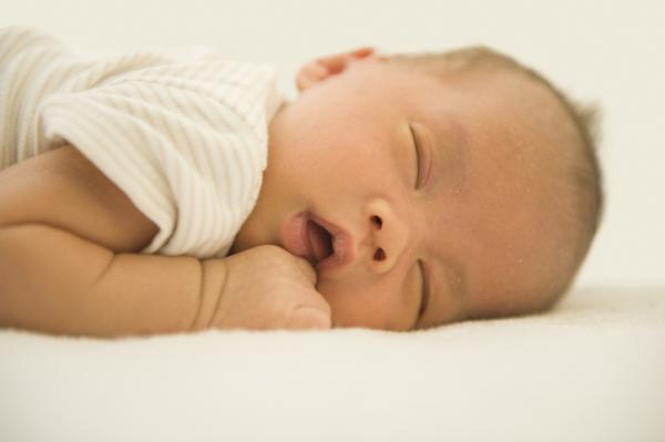 Mi bebé deja de respirar por segundos: ¿por qué y qué hacer?