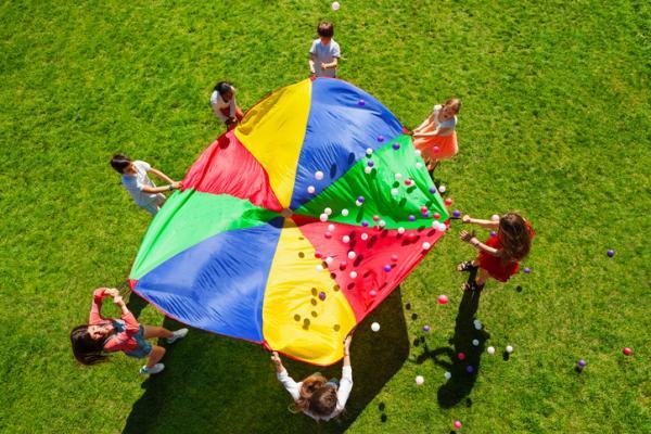 Juegos al aire libre para niños - Paracaídas