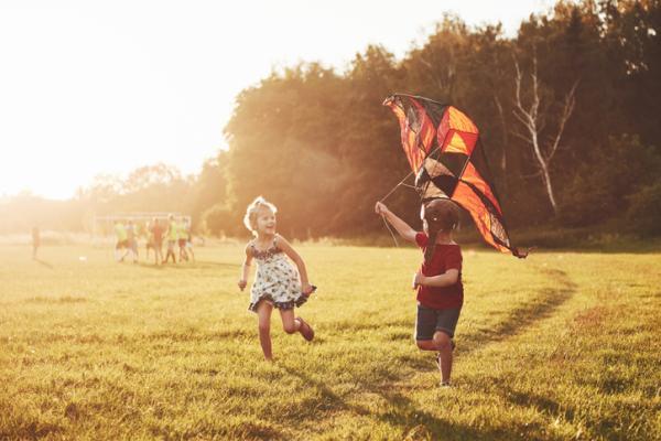 Juegos al aire libre para niños - Volar la cometa