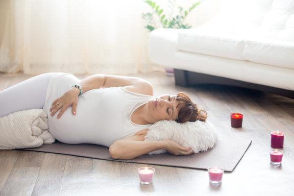 Cuál es la mejor postura para dormir embarazada - Con los pies en alto