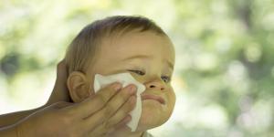 Mi bebé vomita mucho, ¿por qué y qué hacer?