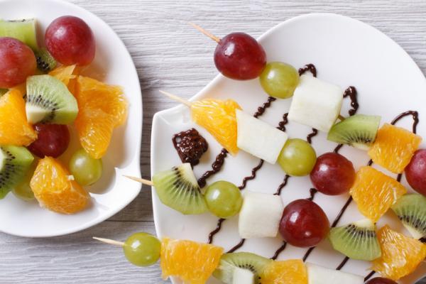Meriendas saludables para niños - Brochetas de fruta