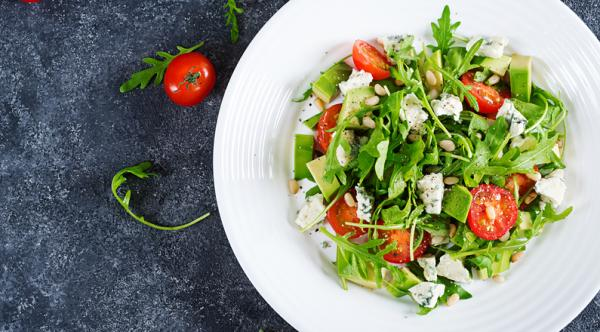 Meriendas saludables para niños - Ensalada de tomates cherry, queso fresco y aguacate