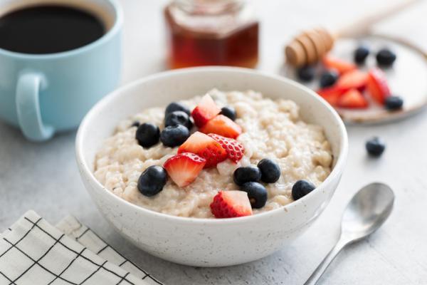 Meriendas saludables para niños - Porridge de avena y frutos rojos