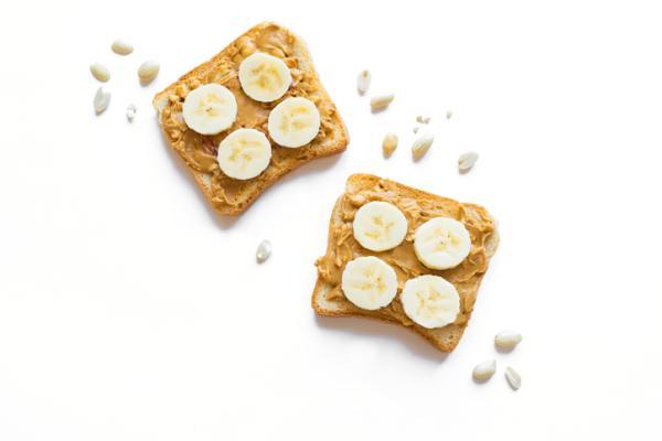 Meriendas saludables para niños - Tostada con crema de cacahuete y plátano