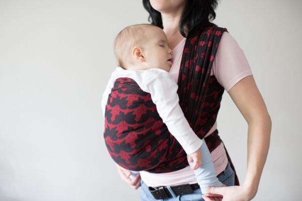 Cómo aliviar los cólicos del bebé: ejercicios, métodos y masajes - Practicar el porteo
