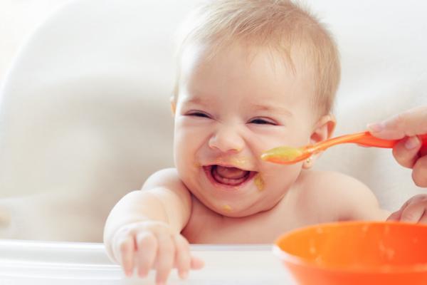 Primera papilla de mi bebé: cuándo y cómo dársela