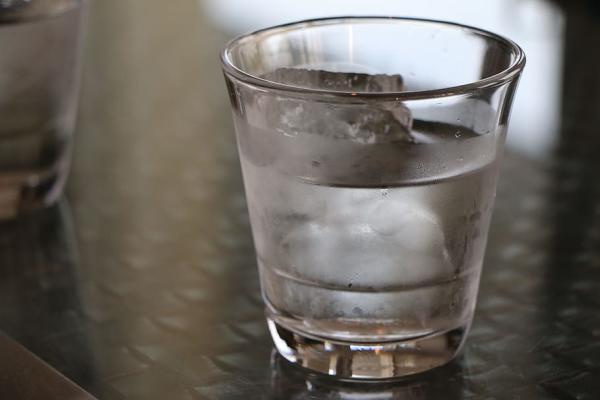 ¿Es malo tomar bebidas frías durante la lactancia?