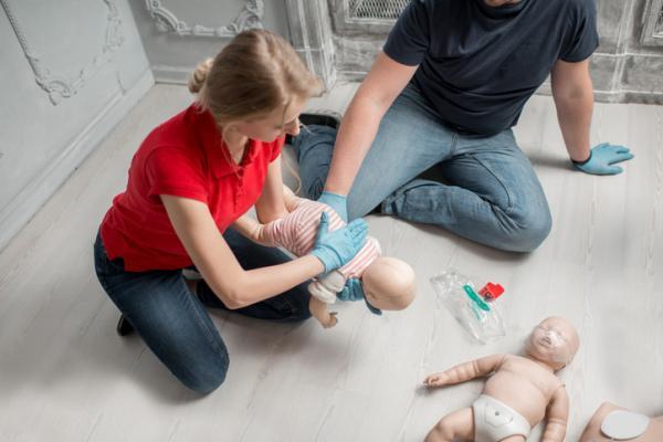 Cómo actuar ante el atragantamiento de un bebé - La maniobra para el atragantamiento de un bebé