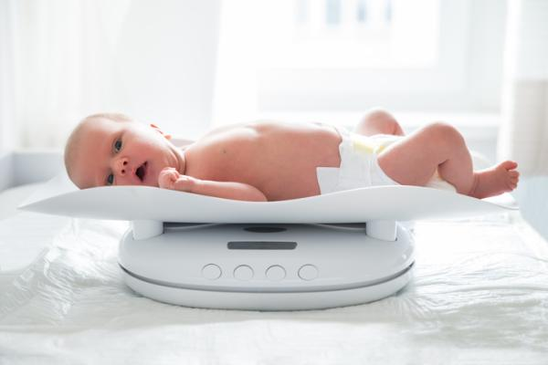 Cuánto debe pesar un bebé de 1 mes