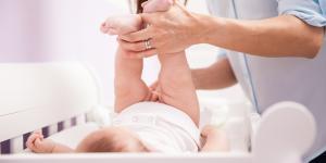 Caca con moco en bebés: por qué y qué hacer