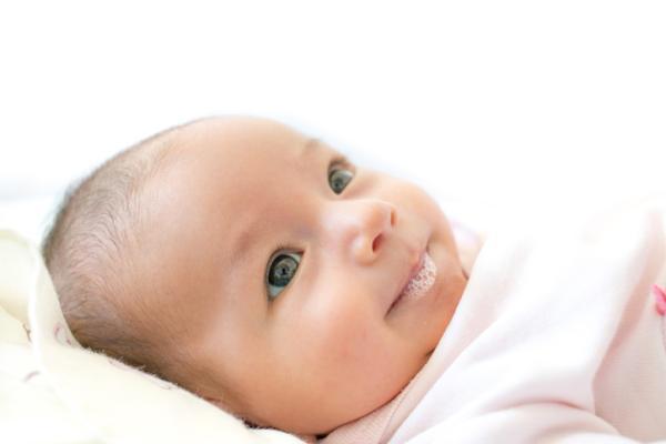 Mi bebé babea mucho: por qué y qué hacer